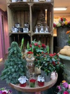 Une composition florale de Noël en sapins